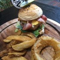 Photo prise au Rock Me Burger & Bar par Channarong T. le2/17/2016