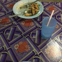 Photo taken at ป้าสำรวย อาหารตามสั่ง by แอปเปิ้ล on 10/23/2016