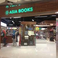 Photo taken at Asia Books by NEUNG Thanajittara G. on 2/15/2013