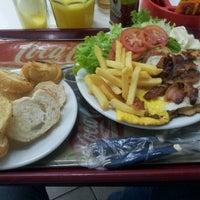 Foto tirada no(a) Geniu's Burger por Lenon B. em 8/24/2012