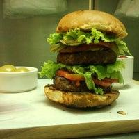 8/23/2012 tarihinde Murat E.ziyaretçi tarafından Burger Joint'de çekilen fotoğraf