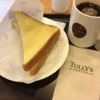 Photo taken at Tully's Coffee 川崎ソリッドスクエア店 by ramenkowai on 2/27/2012