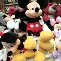 Foto tirada no(a) Disney Store por Andrew H. em 3/30/2012