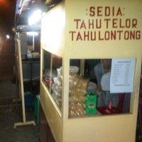 Photo taken at Tahu telor sengkaling by Hendra H. on 5/14/2012