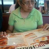 Photo taken at Huddle House by Tamara Trixia W. on 4/20/2012