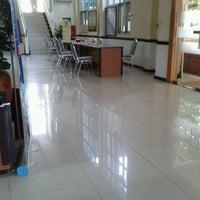 Das Foto wurde bei Kantor Pelayanan Pajak Pratama Mataram Barat von iis t. am 4/16/2013 aufgenommen