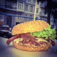 Das Foto wurde bei who's that burger von Andreas am 9/4/2015 aufgenommen