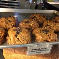 Photo prise au Specialty's Café & Bakery par Eric C. le10/13/2014