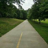 Das Foto wurde bei Atlanta BeltLine Trailhead @ Bobby Jones Golf Course von Jeff B. am 6/9/2015 aufgenommen