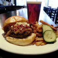 Foto tirada no(a) Highland Tap and Burger por Brad B. em 2/4/2013