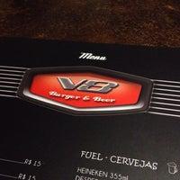 2/8/2014 tarihinde Julio B.ziyaretçi tarafından V8 Burger & Beer'de çekilen fotoğraf