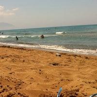 Photo taken at Παραλία Μπισκινόκαμπου by Gatopardos on 8/5/2014