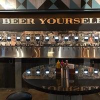 Foto diambil di Randolph Beer DUMBO oleh Ellen H. pada 12/1/2017