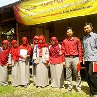 Photo taken at Wisdom English - Saung Kampung Inggris Bandung by Ade A. on 5/12/2014