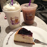 Photo taken at The Coffee Bean & Tea Leaf by 아나 on 4/6/2013