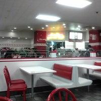 Снимок сделан в In-N-Out Burger пользователем Lou T. 5/7/2013