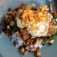 Photo taken at ตาเสริฐ อาหารตามสั่ง by ᴮᴼᴼᴹ on 6/14/2015