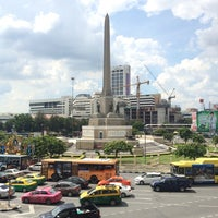 Photo taken at Victory Monument. ท่ารถอ่างทอง by Norie Safwan on 11/1/2014