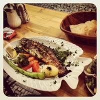 Das Foto wurde bei Öz Fish House von Alex ⚡. am 6/11/2013 aufgenommen