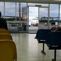 Foto diambil di A.N.R. Robinson International Airport (TAB) oleh Kerry W. pada 12/3/2012