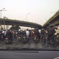Photo taken at Traffic light Matraman - Pramuka by arief n. on 10/10/2012