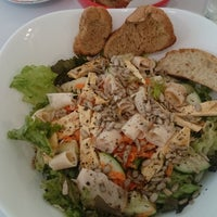 Photo taken at Pop Salad [Healthy Food And Drinks] by Zellmus M. on 2/15/2016