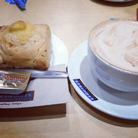 Photo taken at Esquires Coffee House by Vânia M. on 8/22/2013