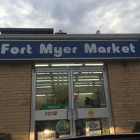 Foto scattata a Fort Myer Market da Tracy S. il 9/16/2017
