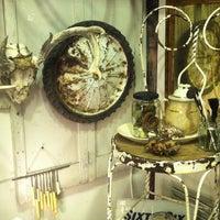 Das Foto wurde bei Uncommon Objects von Melissa N. am 11/2/2012 aufgenommen