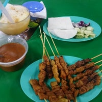 Photo taken at Satay Teluk Iskandar by Aiman Zhafransyah on 10/26/2015