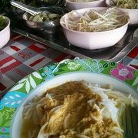 รูปภาพถ่ายที่ ขนมจีน โกจ้อย โดย Chanita T. เมื่อ 7/6/2014