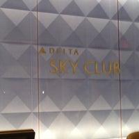 Das Foto wurde bei Delta Sky Club von George G. am 11/2/2012 aufgenommen