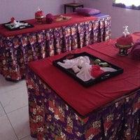 Photo taken at โรงเรียนแพทย์แผนไทยชีวกโกมารภัทจ์ Thai Massage School Shivagakomarpaj (Old Medicine Clinic) by Ueangnapha T. on 5/1/2014