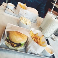 Снимок сделан в Phil's Burger пользователем Liuza K. 3/7/2015