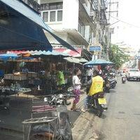 Photo taken at ตลาดสดพระประแดง by Songvuth L. on 4/3/2013