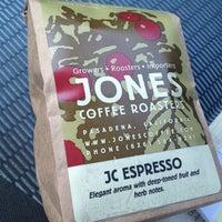 Foto tomada en Jones Coffee Roasters por Neal R. el 4/2/2013