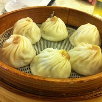 Photo taken at Nanxiang Steamed Bun Restaurant by Sam W. on 10/26/2012