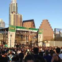 Foto scattata a Auditorium Shores at Lady Bird Lake da Leslie B. il 3/16/2013