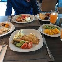 2/4/2018 tarihinde Mert B.ziyaretçi tarafından Ramada Hotel & Suites Kemalpaşa'de çekilen fotoğraf