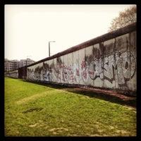 Photo prise au Baudenkmal Berliner Mauer   Berlin Wall Monument par Yanet D. le4/19/2013