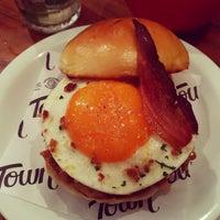 Foto tirada no(a) Town Sandwich Co. por Aline G. em 10/6/2017