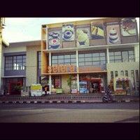 Photo taken at Toko Roti dan Kue SELERA by Renni H. on 7/6/2012