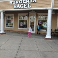2/10/2013 tarihinde Greg H.ziyaretçi tarafından Virginia Bagel'de çekilen fotoğraf