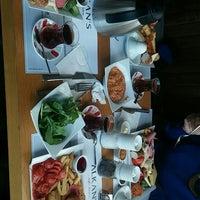 Das Foto wurde bei Alkan's cafe-bistro von Özge K. am 10/31/2015 aufgenommen