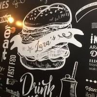 4/12/2017 tarihinde Murat U.ziyaretçi tarafından Lara's Gourmet Burgers'de çekilen fotoğraf