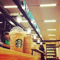 Foto tirada no(a) Starbucks Coffee por Kyle F. em 2/27/2013