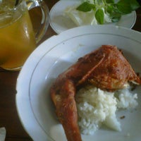 Photo taken at Bebek Goreng H. Slamet by Putri N. on 5/11/2014