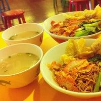Photo taken at Pontian Wanton Noodles (笨珍云吞面) by Joan 左. on 1/24/2013