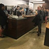 Das Foto wurde bei Compass Coffee von Cesar C. am 5/16/2018 aufgenommen
