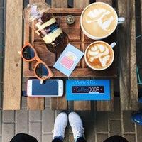 Снимок сделан в Coffee Door пользователем Don Bacon🥓 4/25/2017